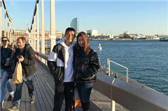 心情不错!武磊与妻子海边散步
