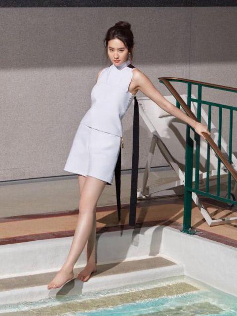 女神刘亦菲泳池边晒美照,看到照片后,网友不淡定了