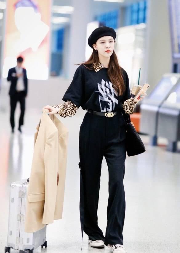 叠穿成时髦造型?宋妍霏穿衬衫配短T恤现身机场,初春造型定了!