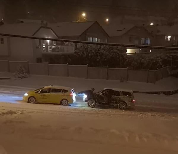 暖心合作! 加拿大越野车乘客帮助出租车脱困