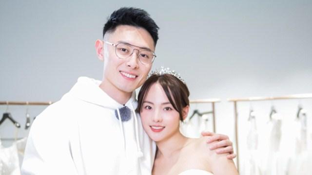 张嘉倪与老公买超同行试婚纱 亲密搂腰