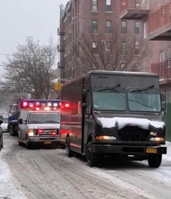 美UPS快递员拒绝为救护车让路 威胁拍视频路人
