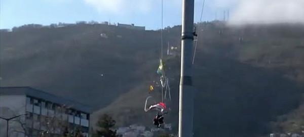 土耳其两名跳伞者撞缆车坠落 一死一伤