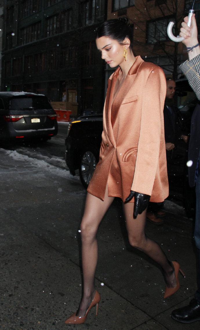 肯豆穿裸橘色oversized西装外套 上演长腿诱惑