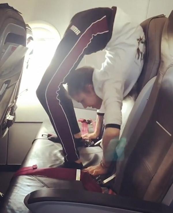 体操运动员飞机发自拍视频展示惊人柔韧性
