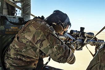 美军在科威特进行直升机空中狙击训练