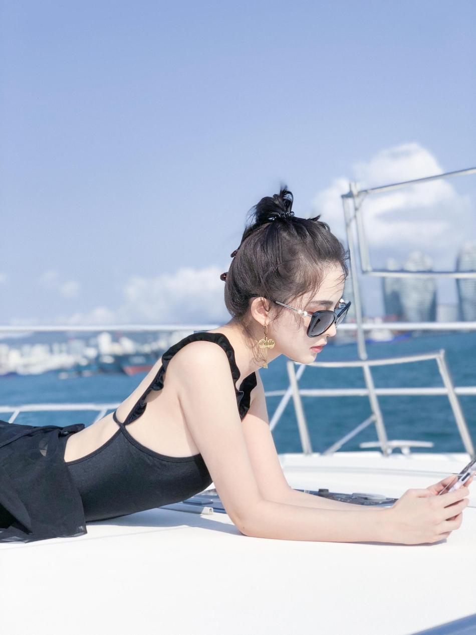 古力娜扎情人节晒度假美图 海边游艇上的阳光美少女