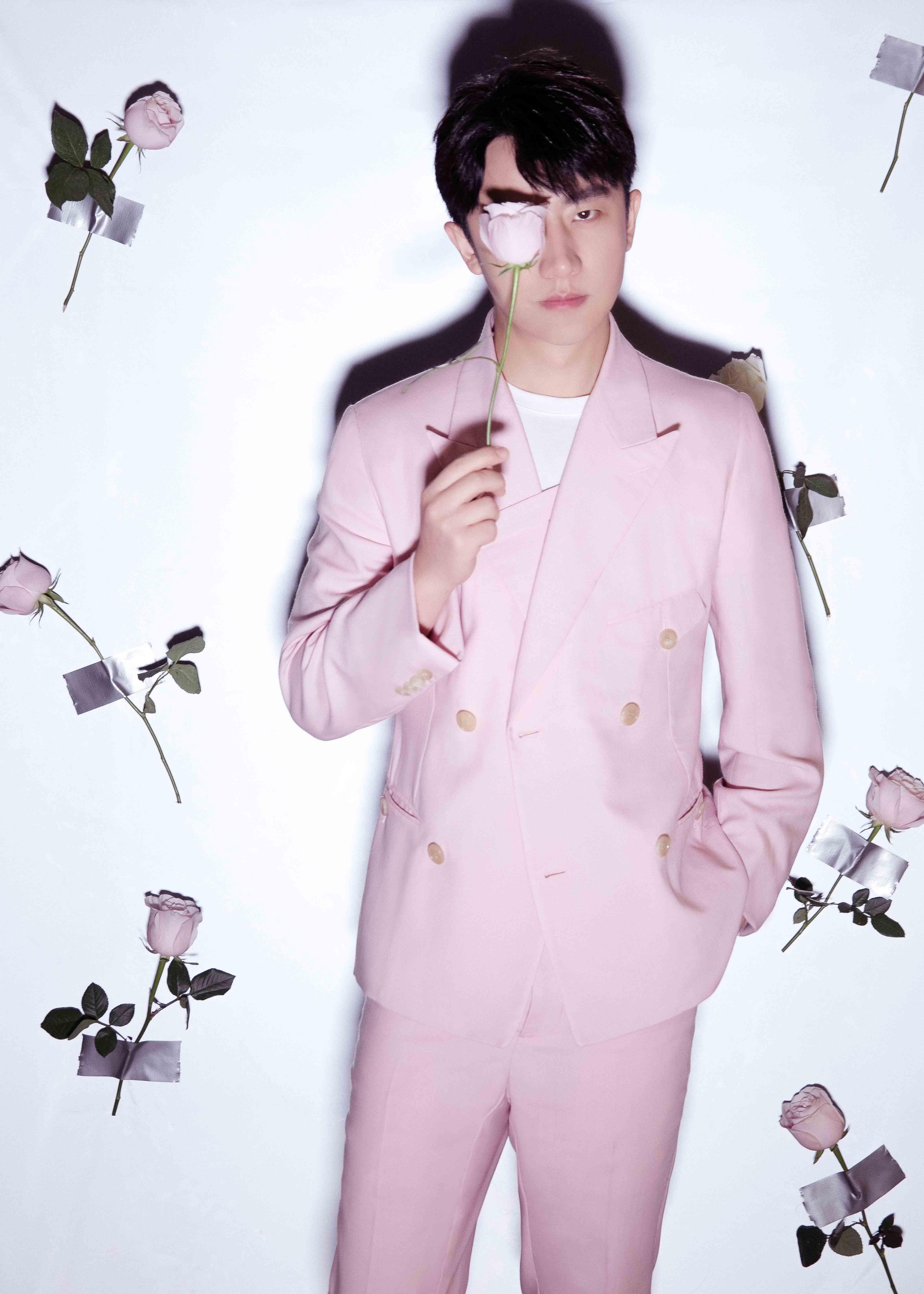 黄轩情人节送礼 粉衣搭粉玫瑰尽显浪漫风度!