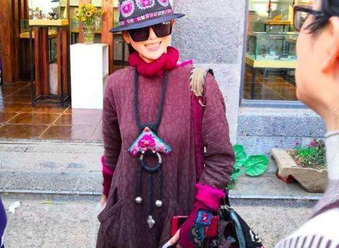 杨丽萍现身大理街头,与李亚鹏开心热聊,看不出61岁