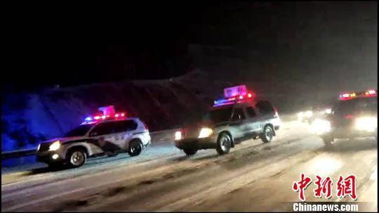 为防车辆滞留 河南高速警车雪夜护送3500辆车平安过境