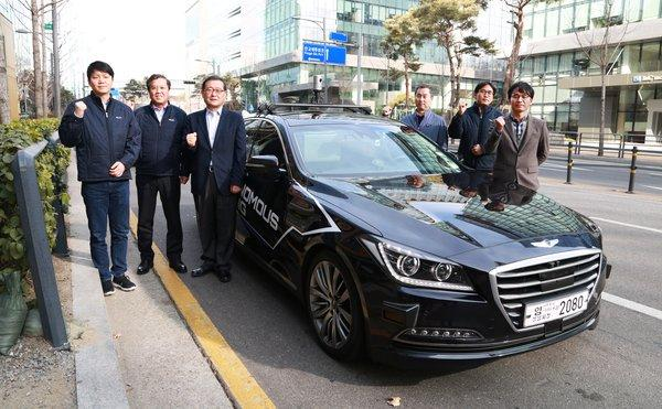 汉拿集团董事长郑梦元(左三)、总裁Il-Hwan Tak(左二)在1月成功完成四级自动驾驶后与开发商合影留念