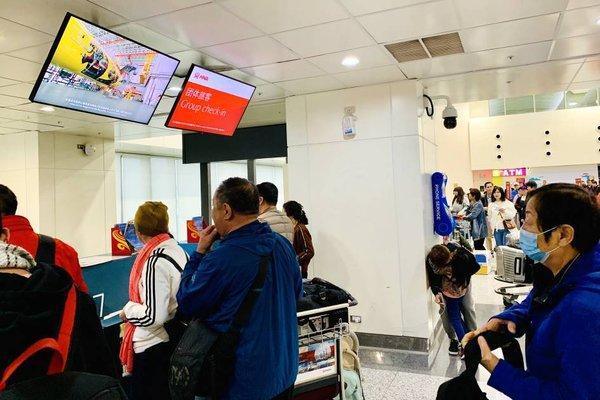 旅客在台北桃园国际机场办理登机手续
