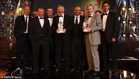 埃里克・哈里森(右二)和弗格森获得2013PFA年度最佳青年球员特别贡献奖