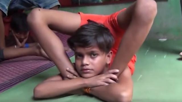 """惊掉下巴!印度10岁""""橡胶""""男孩展示极限瑜伽"""