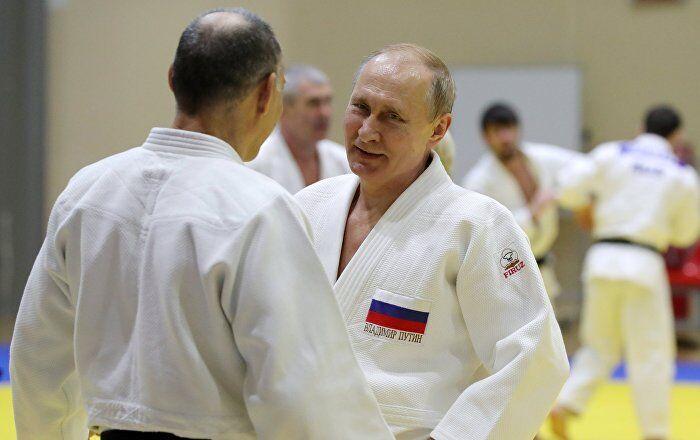 普京工作间隙换柔道服与奥运冠军切磋 不慎伤到手指但一笑而过