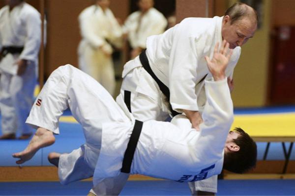 普京情人节与柔道冠军切磋 一招就把对方撂倒(图)