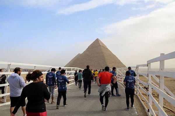 埃及开罗举行跑步活动 吸引4000名不同国家民众参加