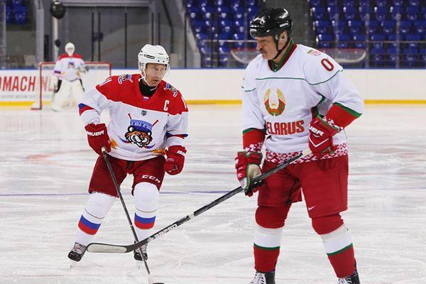 普京、卢卡申科现身冰球场同场竞技 场上比拼球技场下拥抱