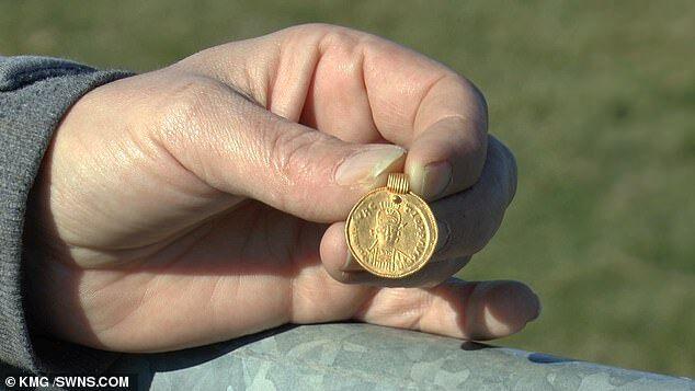 英国女子在农田发现1500年前黄金吊坠,还以为是金币巧克力