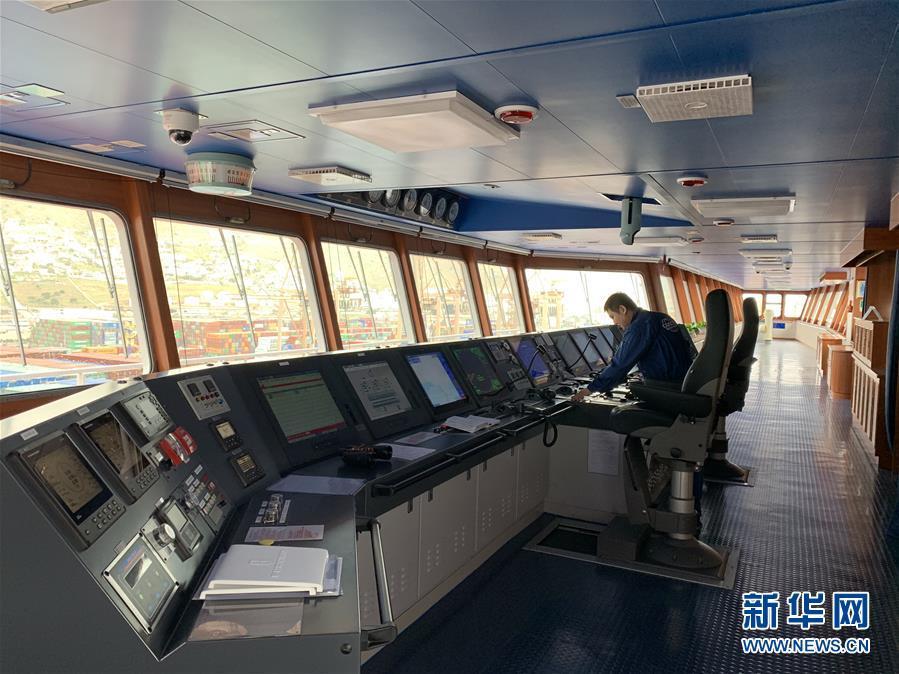 中国超大型集装箱货轮抵达希腊比港