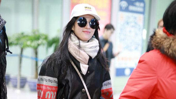 刘亦菲穿打底裤现身机场