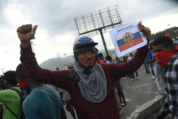 """海地示威者高喊""""普京万岁"""" 要求摆脱""""美国的占领"""""""