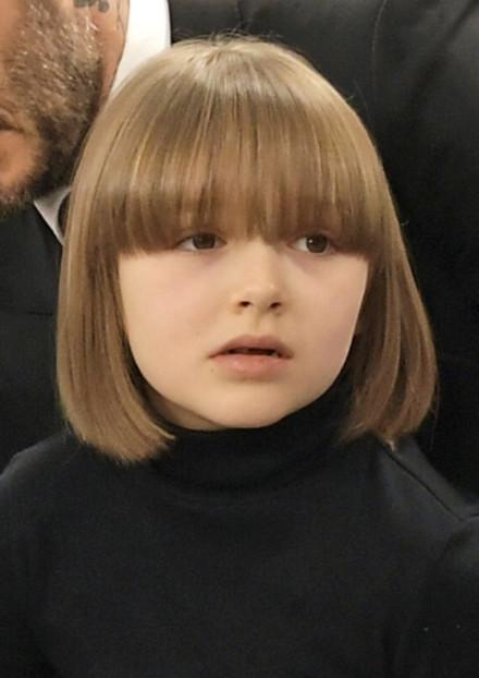 贝克汉姆一家现身秀场 七七新发型又酷又可爱