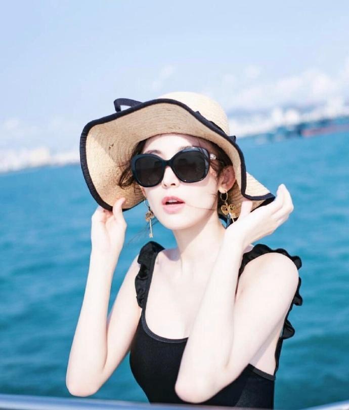 古力娜扎罕见泳装造型 美背造型亮相游艇