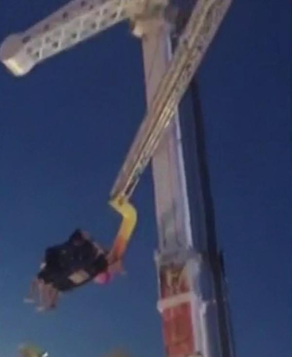 惊险时刻:4人体验大摆锤突遇断电被悬7米高空