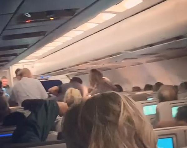 美孕妇飞机上产子 航班或将以婴儿名重命名