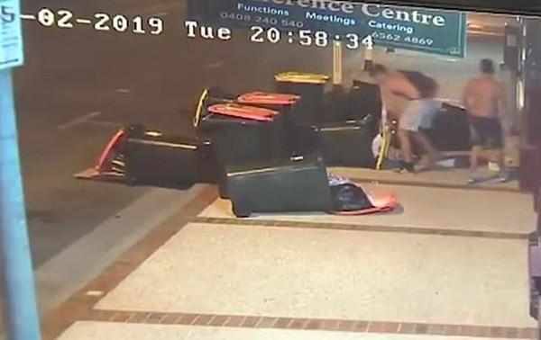 社会榜样!澳两男孩主动清理街头垃圾获赞