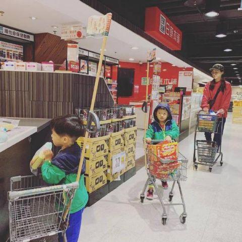 范玮琪携双胞胎儿子逛超市 排队结账懂礼貌