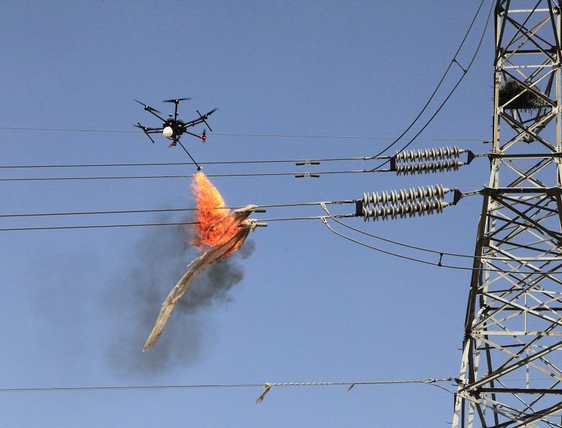 青海电网首用喷火式无人机清除110千伏输电线路异物