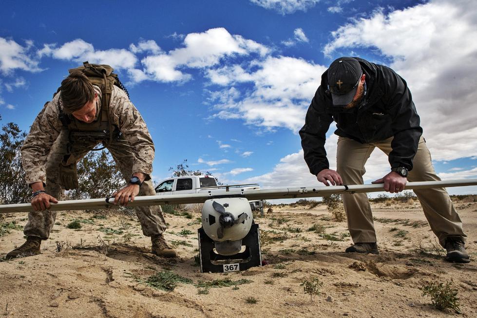 美国海军陆战队用游戏机手柄控制无人机