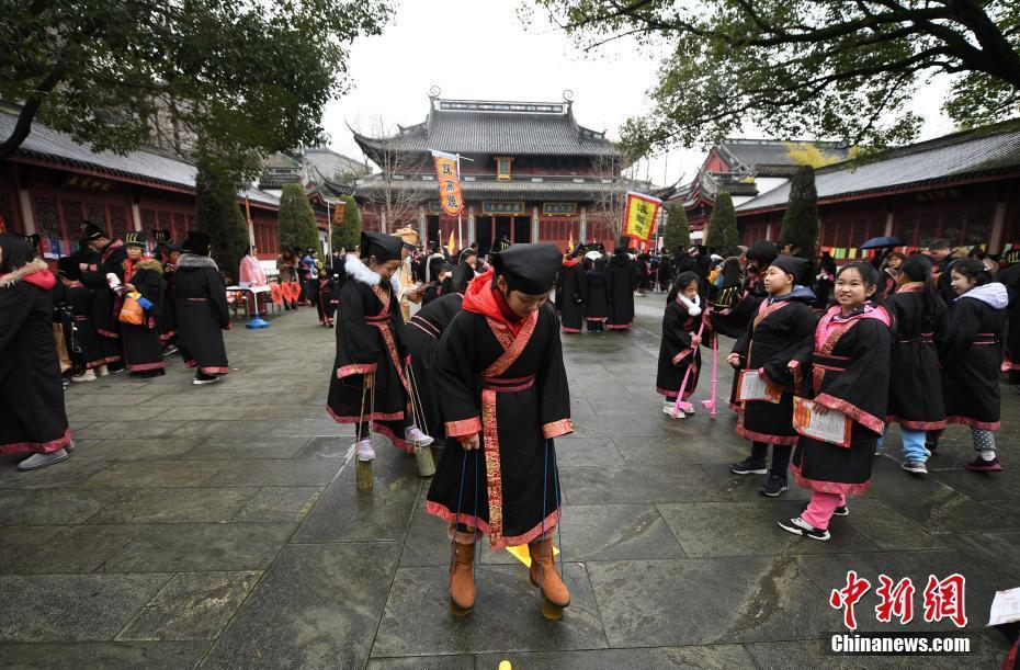 10杭州市民着古装体验传统游戏迎元宵