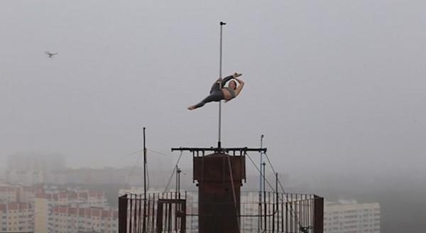 刺激!俄舞蹈演员16层高楼房顶挑战钢管舞