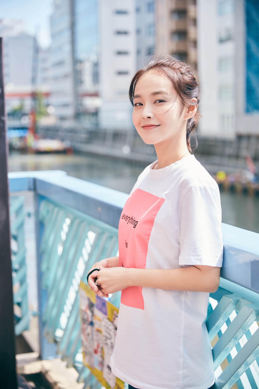 张佳宁初春写真发布,简约随性演绎街头。