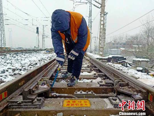 大雪过后 安徽继续发布道路结冰黄色预警