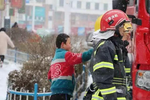 宁夏三地降雪多日,后天还有!彭阳男孩暖心举动刷