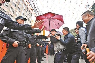 雨中行通济 别带雨伞无人机