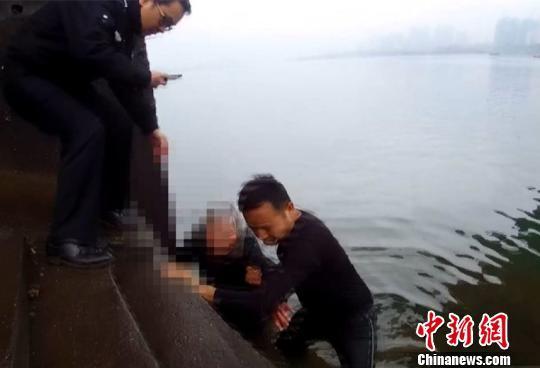 寒风中民警下河救起七旬轻生老人