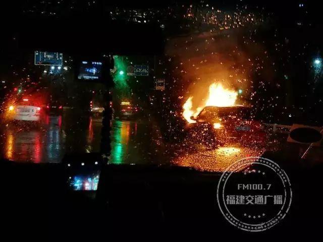 福州铜盘路一小车起火,司机用衣服扑救,却…