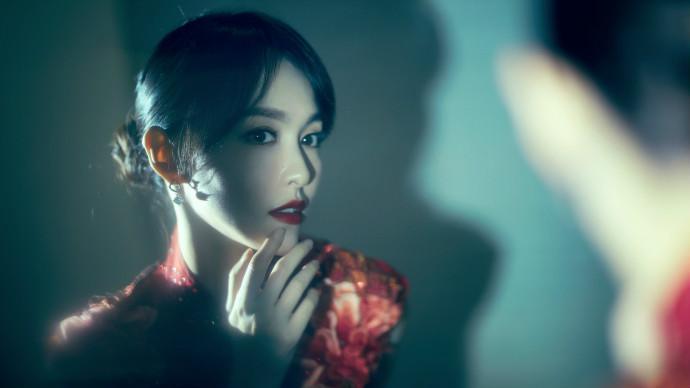 唐嫣红色旗袍搭配大红唇 长发盘起灯光曼妙超复古