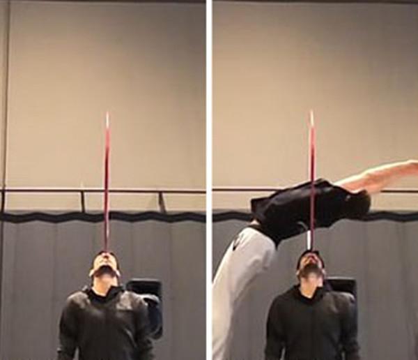体操运动员后空翻钻过立在搭档脸上呼啦圈