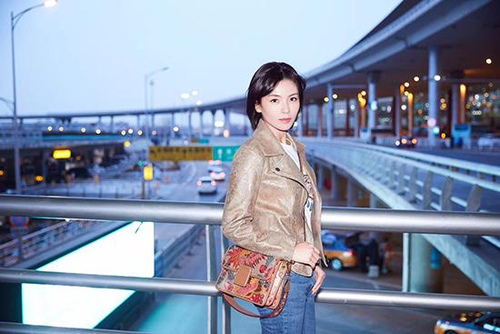 刘涛启程米兰时装周 机场街拍率性自然