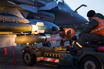 法国空军展示独特战斗机团训练场景