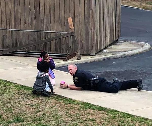 """温情!美""""最酷警察""""办公结束后与孩子们路边玩耍"""
