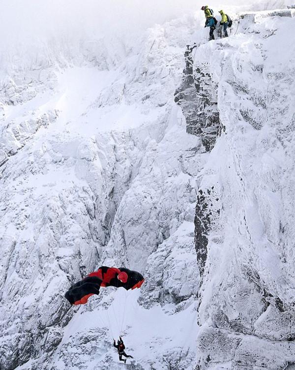 刺激!实拍户外运动爱好者在英国最高峰顶跳伞