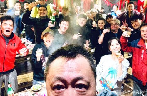 佟丽娅元宵节孤身带娃和剧组过节 包场请客超豪爽