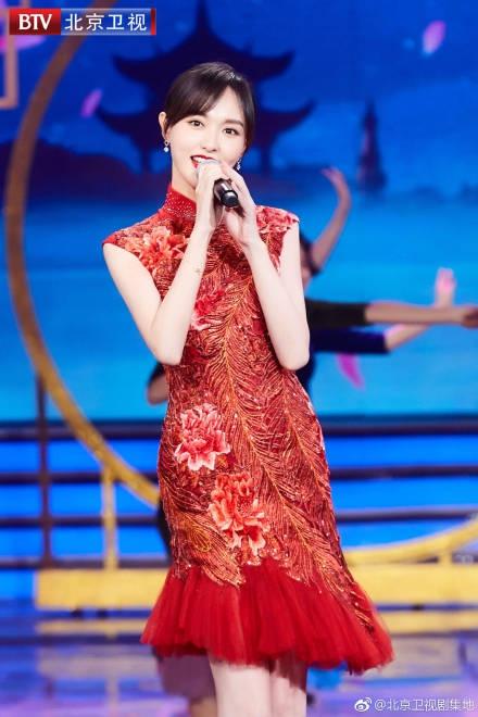 唐嫣穿旗袍尽显玲珑曲线,回眸一笑惊艳动人!